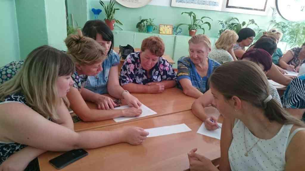 Пенсионеры, учителя и школьники на заседании клуба 14.08.2017, занимаются дешифровкой текста